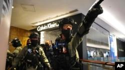 Policia në qendrat tregtare (Hong Kong, 26 dhjetor 2019)