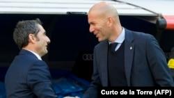 Echange de poignet de mains entre Zinedine Zidane et Ernesto valverde, le 23 décembre 2017.