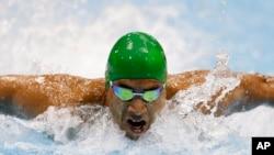 Le Sud-Africain Achmat Hassiem nage les 100 mètres papillon lors des paralympiques de 2012, le 1 septembre 2012 à Londres.