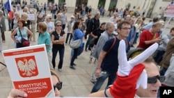 示威者在华沙波兰总统府外举行抗议。(2018年7月3日)