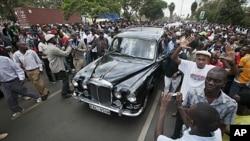 Gungun jama'a su na bin motar dake dauke da gawar Wangari Maathai, asabar 8 Oktoba 2011 a Nairobi, Kenya.