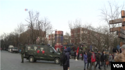 北京三里屯使館區一帶佈置武警在內的大批警力。(視頻截圖)