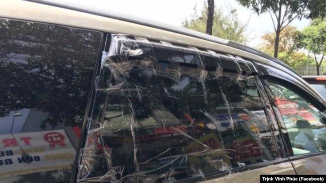 Các luật sư phải dán băng keo để tránh kính xe vỡ ra khi di chuyển.