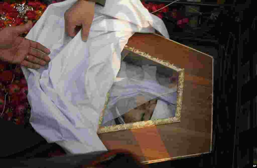 Taliban yaraqlılarının məktəbdə qətlə yetirdiyi şagirdlərdən birinin cəsədi - Pişəvər, 17 dekabr. 2014