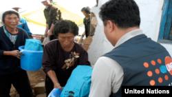 유엔인구기금, UNFPA 직원이 북한 주민들에게 의약품 등 지원물품을 나눠주고 있다.