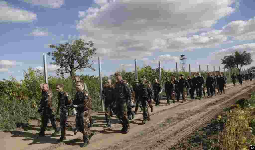 سربازان مجارستانی در خط مرز مجهز به سیم خاردار این کشور در امتداد کرواسی.