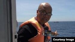 美国记者武黄兰乘越南船只进入南中国海,他在引起争议的石油钻井平台附近进行报道(照片来源:波尔萨街电视台(PhoBolsaTV))
