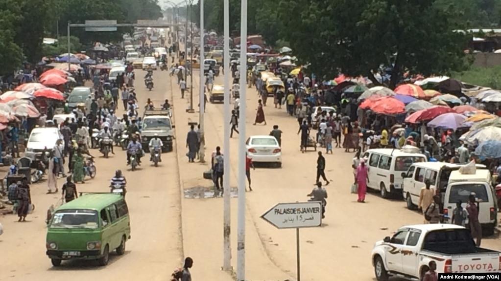 Une grande avenue à N'Djamena, Tchad, le 5 août 2017. (VOA/André Kodmadjingar)