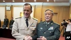 美国参谋长联席会议主席迈克·马伦上将7月11日与中国人民解放军总参谋长陈炳德将军握手