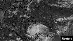 Imaj siklòn Matthew kap pase sou Jamayik ak Ayiti