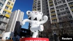 25일 강릉 올림픽 선추촌에 2018 평창올림픽 마스코트인 수호랑 동상이 서 있다.
