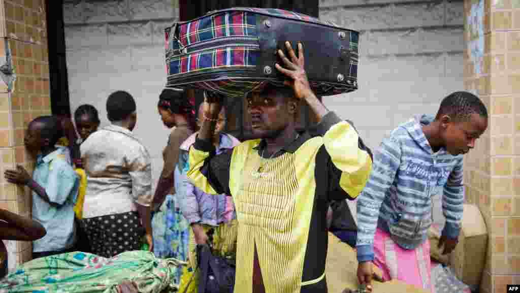 Kadogo Ombeni, âgé de 27 ans, se tient près de la frontière rwandaise après avoir fui le quartier Bujovu Kabutembo de Goma le 20 novembre 2012