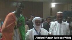 Razak Issoufou Alfaga, à gauche, salue le Premier ministre, au centre, et le ministre de la jeunesse du Niger à son retour à Niamey, 5 juin 2017. (VOA/ Abdoul-Razak Idrissa)
