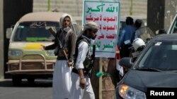 Pemberontak Syiah Houthi melakukan pemeriksaan kendaraan di Sana'a, Yaman (foto: dok).
