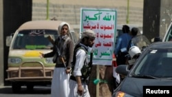 Phiến quân Houthi canh gác tại một chốt kiểm soát ở Sana'a, Yemen, ngày 24/9/2014.