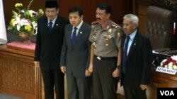 Komjen Budi Gunawan (kedua dari kanan) diapit para pemimpin DPR seusai rapat paripurna (foto: dok. VOA/Fathiyah Wardah)