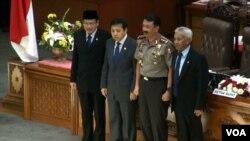 Calon Kapolri Komjen Budi Gunawan diapit para pemimpin DPR seusai rapat paripurna (15/1). (VOA/Fathiyah Wardah)