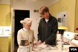 佟瑞和母親瑪麗•克勞福德 (美國之音王子揚拍攝)