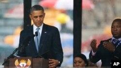 """Predsednik Obama pored """"lažnog"""" prevodioca Tamasankve Džančija na Mandelinoj komemoraciji."""