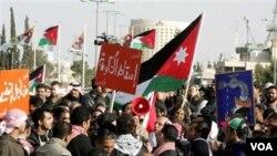 Para demonstran berpawai di ibukota Amman menuntut mundurnya Perdana Menteri Rifai, Sabtu (29/1).