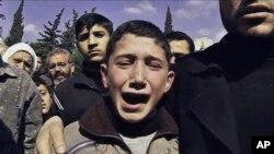 Babasının cenaze töreninde ağlayan bir çocuk