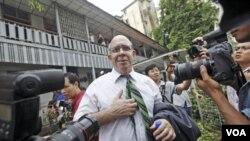 Wartawan Australia Ross Dunkley, pendiri Myanmar Times, berbicara kepada wartawan setelah proses peradilannya selesai di wilayah Kamaryut, di ibukota Yangon hari Kamis (30/6).