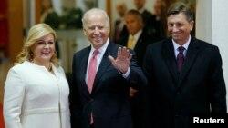 Dari kiri: Presiden Kroasia Kolinda Grabar-Kitarovic, Wapres AS Joe Biden dan Presiden Slovenia Borut Pahor berpose di Zagreb, Kroasia hari Rabu (25/11).