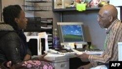 孟菲斯最大社区服务组织MIFA义工帮助老人