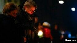 Người dân đốt nến tưởng niệm các nạn nhân vụ tấn công trước giáo đường Do Thái ở Copenhagen, 15/2/15