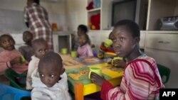Các trẻ em bị nhiễm HIV trong viện mồ côi ở ngoại ô Nairobi, Kenya, một cơ sở hoạt động lệ thuộc vào tài trợ của nước ngoài