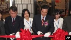台灣總統馬英九出席美國在台協會舉辦的[美國人在台灣的足跡特展]與在臺協會處長司徒文剪綵