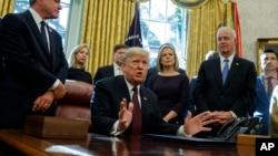 """美国总统特朗普2018年11月16日在白宫椭圆形办公室举行的""""网络安全与基础设施安全机构法案""""签字仪式上回答记者关于特别检察官罗伯特·穆勒调查的问题。"""