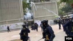 香港警方宣布腰斬1-19天下制裁流水式集會,並在中環遮打花園一帶施放催淚彈驅散集會人士。(美國之音 湯惠芸拍攝)