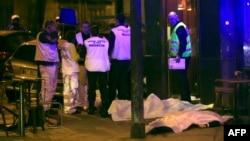 Thi thể các nạn nhân nằm trên vỉa hè bên ngoài một nhà hàng ở Paris, ngày 13 tháng 11, 2015.