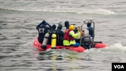 Une équipe recherche des survivants du crash d'un avion au Taïwan