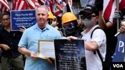 香港抗議者舉著星條旗在美國駐港總領事館前集會,要求美國支持香港民主。領事館派代表接收遊行人士的請願信及聯署宣言。 (2019年9月8日)
