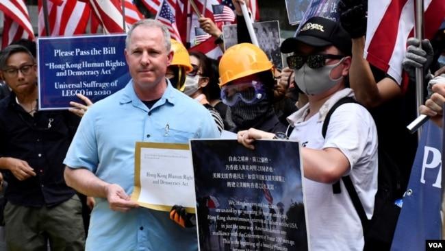 香港抗議者舉著星條旗在美國駐港總領事館前集會,要求美國支持香港民主。 領事館派代表接收遊行人士的請願信及聯署宣言。 (2019年9月8日)