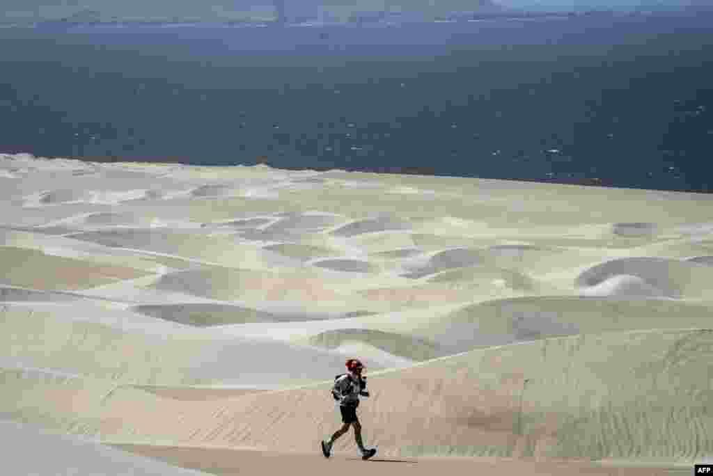 មនុស្សម្នាចូលរួមក្នុងវគ្គទី៥នៃការរត់ម៉ារ៉ាតុន Marathon des Sables Peru ពីតំបន់ Barloveto ដល់តំបន់ Mendieta កាលពីថ្ងៃទី៣ ខែធ្នូ ឆ្នាំ២០១៧។