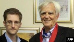 Yeşiller Partisi milletvekili Hans-Christian Ströbele Moskova'da görüştüğü eski NSA çalışanı Edward Snowden ile