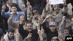 Dân thành phố Tobruk của Libya ra dấu hiệu chiến trắng hôm 23 tháng 2, 2011