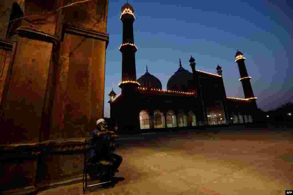 نئی دہلی کی تاریخی جامع مسجد میں لوگوں کے لیے ہر سال بہت بڑی تعداد میں افطار کا اہتمام کیا جاتا ہے۔ تاہم اس بار صورت حال یکسر مختلف ہے۔
