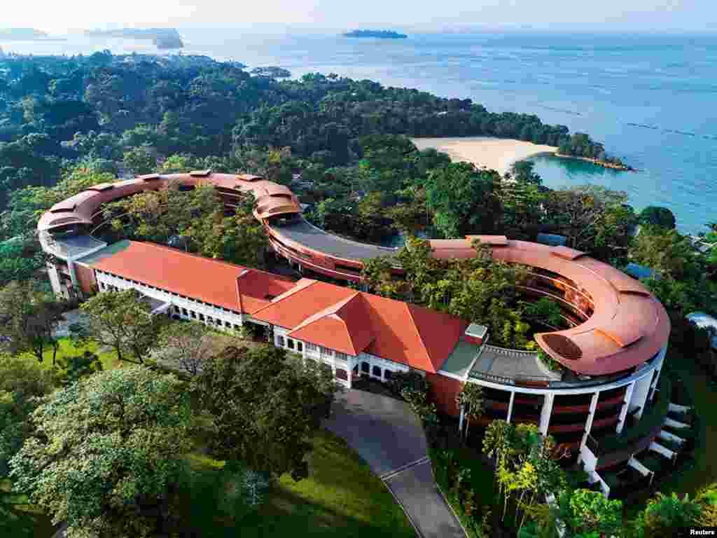"""新加坡聖陶沙的嘉佩樂酒店(Capella Hotel)。川金會將於新加坡時間6月12號早上9點開始。白宮新聞發言人桑德斯(Sarah Huckabee Sanders)在推特宣布:""""川金會將在新加坡聖陶沙的嘉佩樂酒店(Capella Hotel)舉辦。我們感謝東道主新加坡人的好客。"""""""