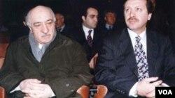 Fethullah Gülen ve Recep Tayyip Erdoğan 1998 yılında Kültürlerarası Diyalog Platformu toplantısında bir arada (Foto: www.fgulen.com)