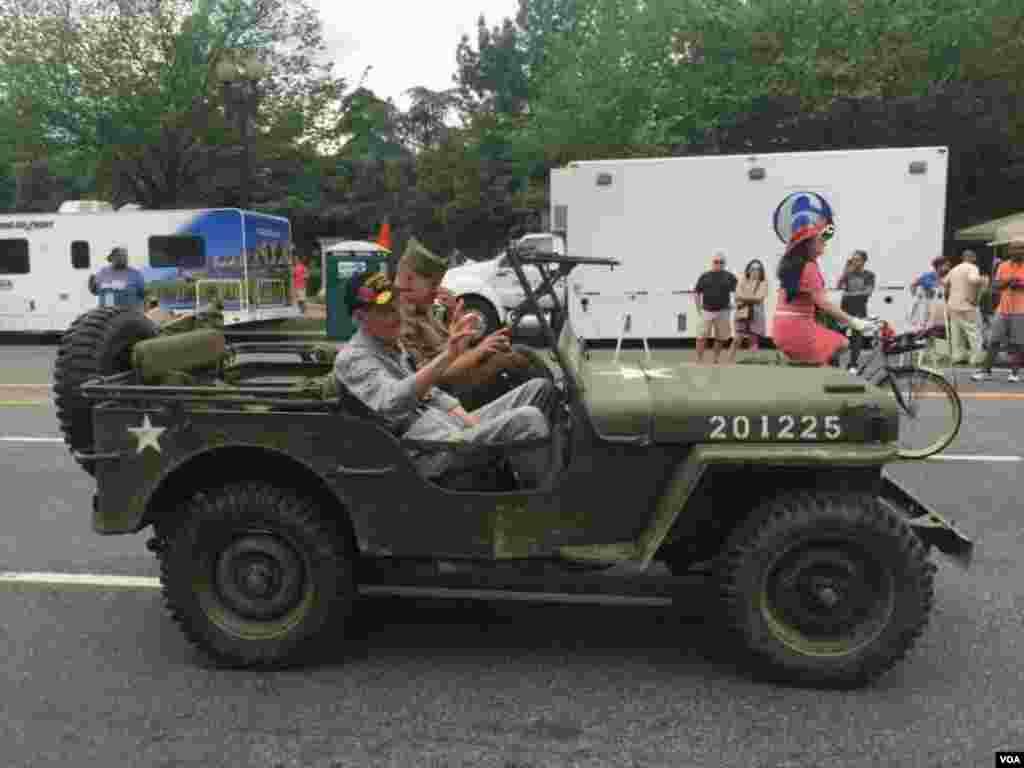 参加游行的美军老兵 (美国之音拍摄)