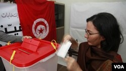 Warga Tunisia di Maroko sedang akan memasukkan surat suaranya di TPS di Kedutaan Tunisia di ibukota Maroko, Rabat (21/10).