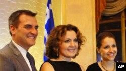 Η Άγη Μπαλτά(κέντρο) με τον πολιτειακό Γερουσιαστή Μάικ Γιάνναρη και την πολιτειακή Βουλευτή Αραβέλα Σιμοτά μετά την τελετή βράβευσης
