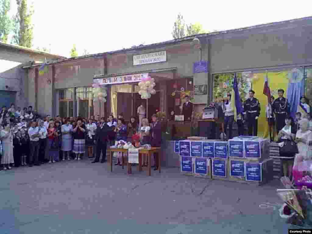 У Лисичанську Луганській області школі від імені Партії регіонів подарували комп'ютери з китайської гуманітарної допомоги українській державі.