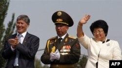 Roza Otunbayeva prezidentlik lavozimidan 31-dekabrda ketadi. Yangi yildan boshlab esa bu kursi - Almazbek Atambayevniki.