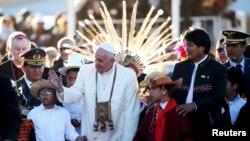 8일 볼리비아에 도착한 프린치스코 로마 가톨릭 교황이 환영인파에 둘러싸여 있다.