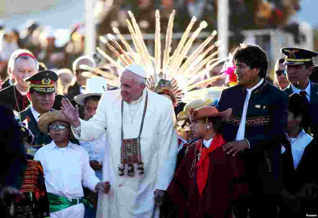 O Papa Francisco com cidadãos bolivianos depois de ter chegado ao país.